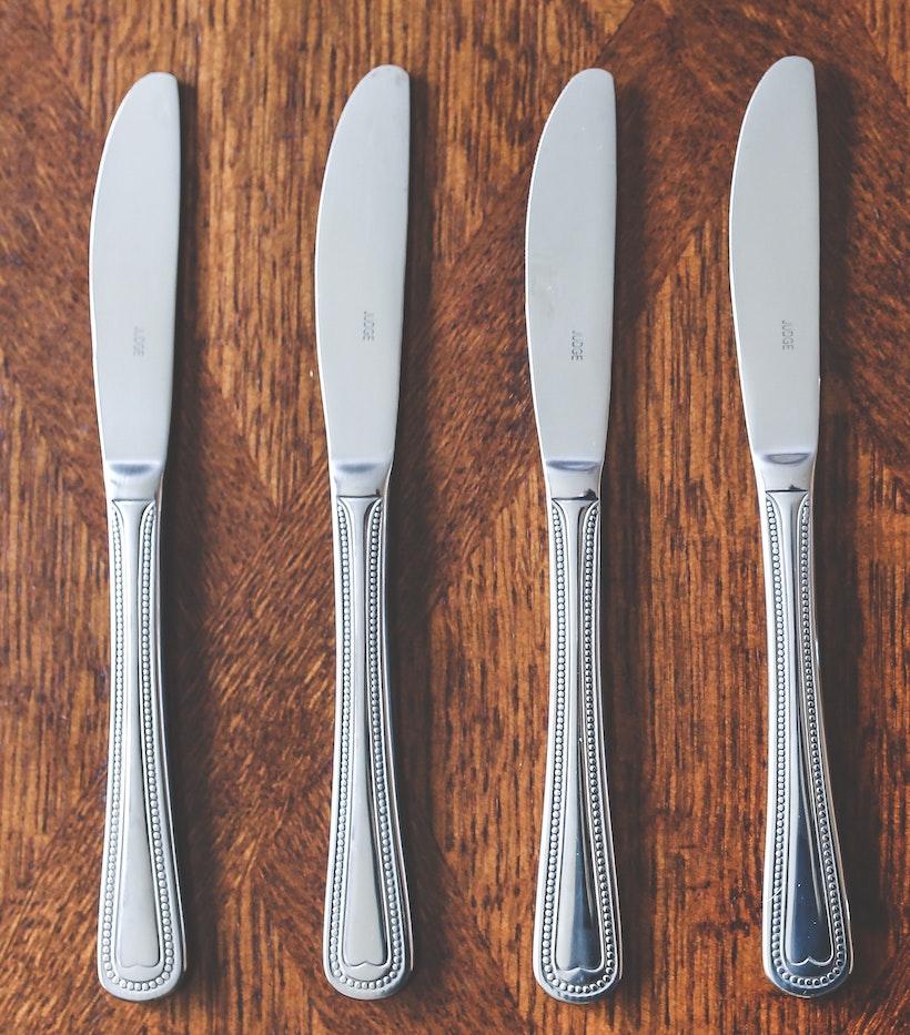 4 Dinner Knives Aligned